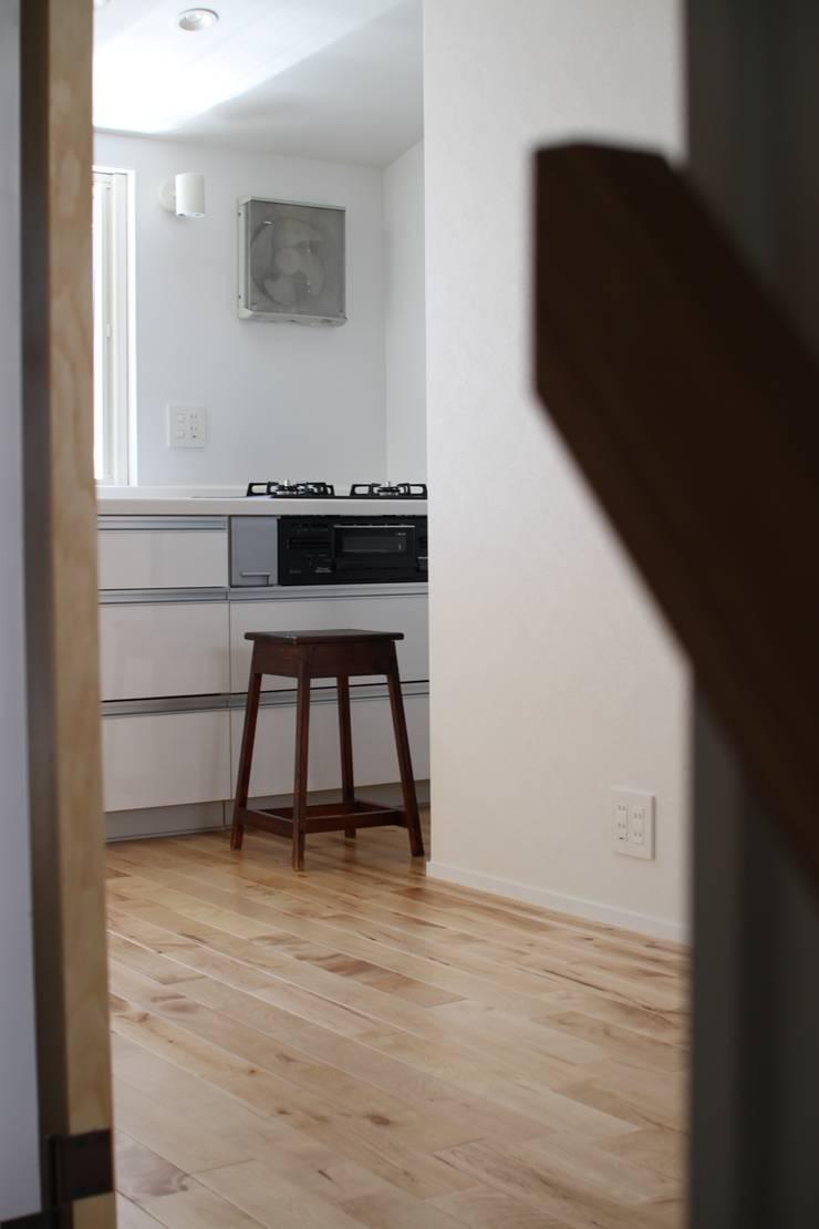 本郷四丁目長屋住宅: 一級建築士事務所 艸の枕が手掛けたキッチンです。