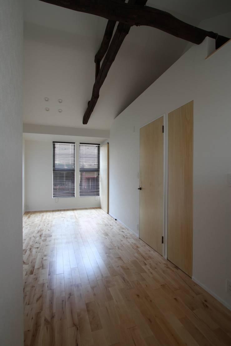 本郷四丁目長屋住宅: 一級建築士事務所 艸の枕が手掛けたリビングです。