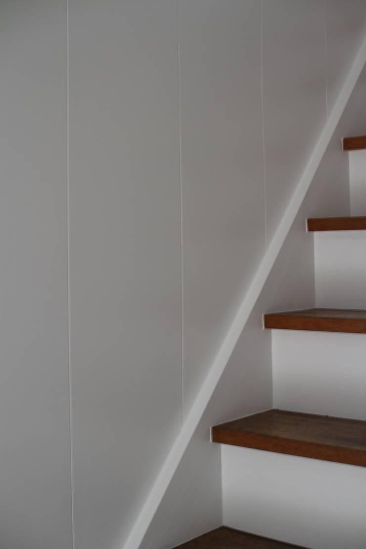 本郷四丁目長屋住宅: 一級建築士事務所 艸の枕が手掛けた廊下 & 玄関です。