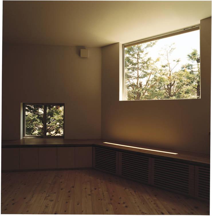 中村南一丁目住宅: 一級建築士事務所 艸の枕が手掛けたリビングです。