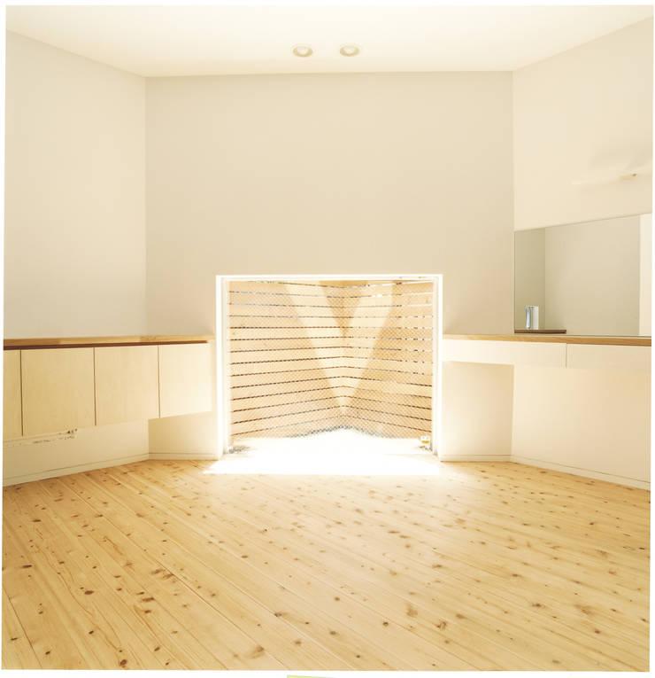 中村南一丁目住宅: 一級建築士事務所 艸の枕が手掛けた寝室です。