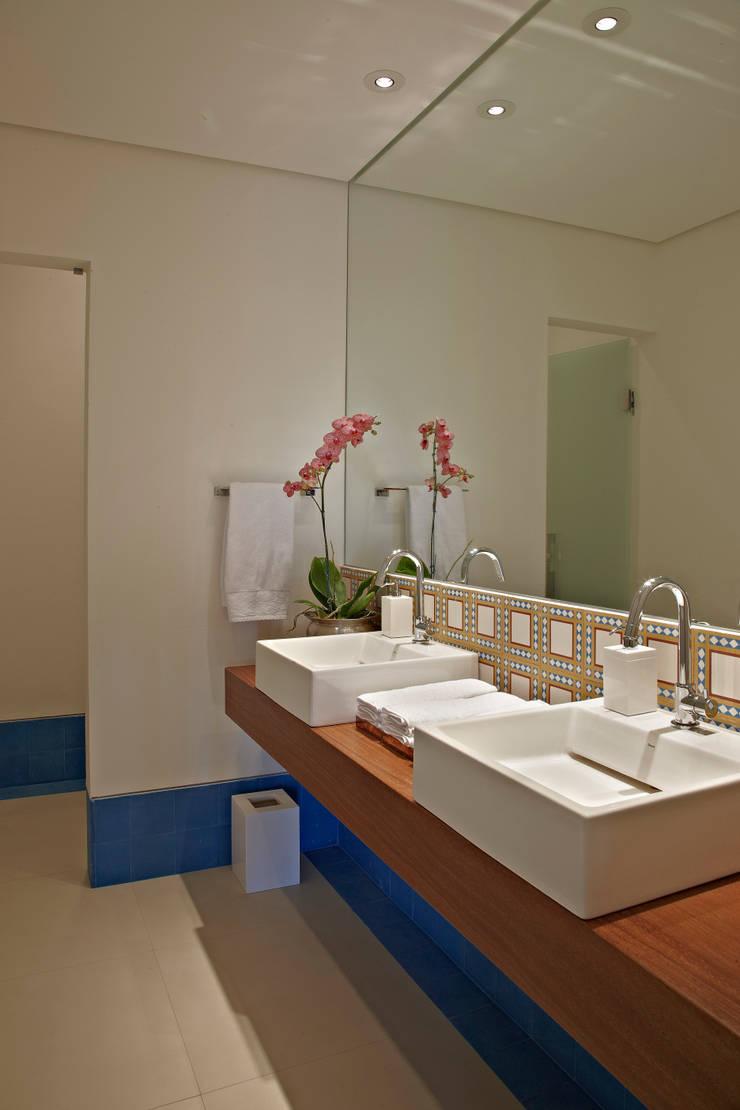 Haras Sahara: Banheiros  por Anaíne Vieira Pitchon Arquitetura e Interiores