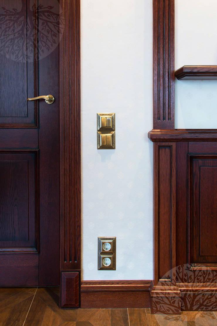 Интерьер бильярдной из массива дуба и шпона: Окна и двери в . Автор – Lesomodul