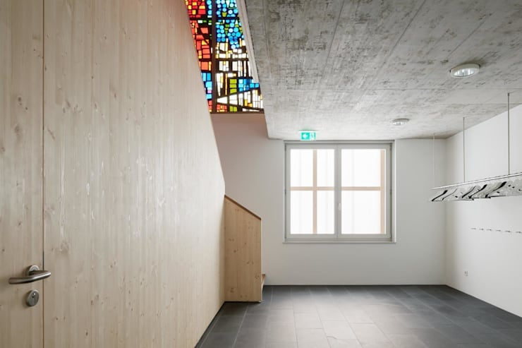 Garderobe Untergeschoss mit Blick zum Buntglasfenster:  Veranstaltungsorte von AAg Loebner Schäfer Weber BDA