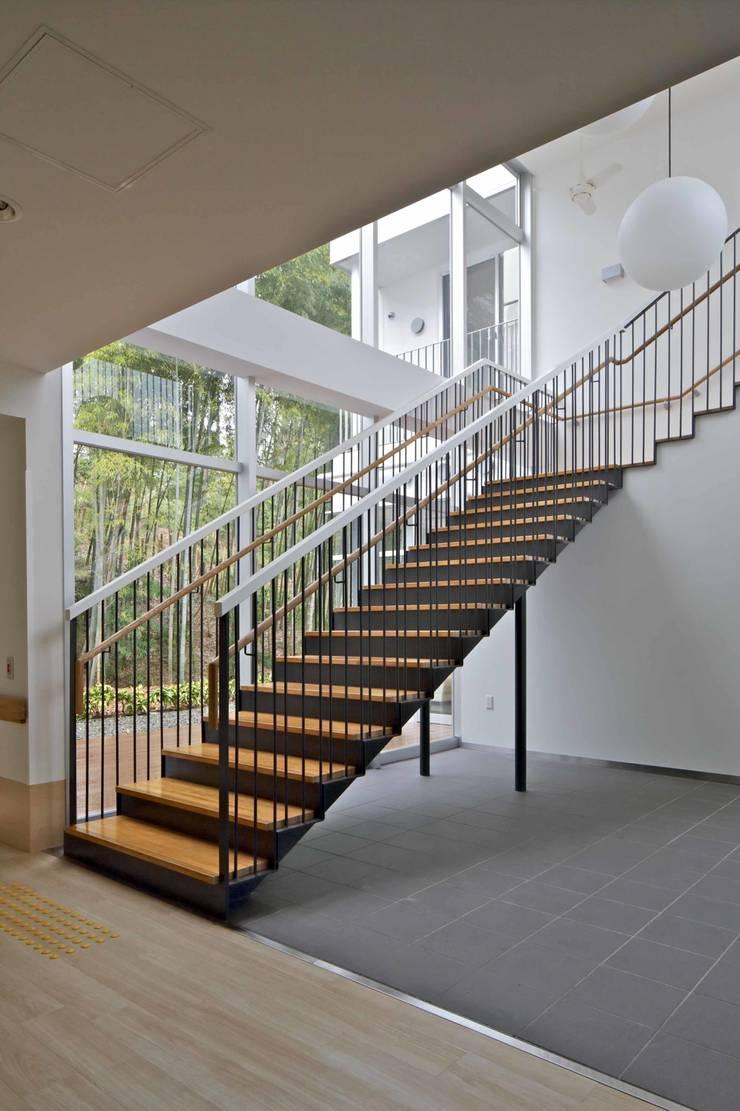 階段: 株式会社ヨシダデザインワークショップが手掛けた廊下 & 玄関です。,モダン