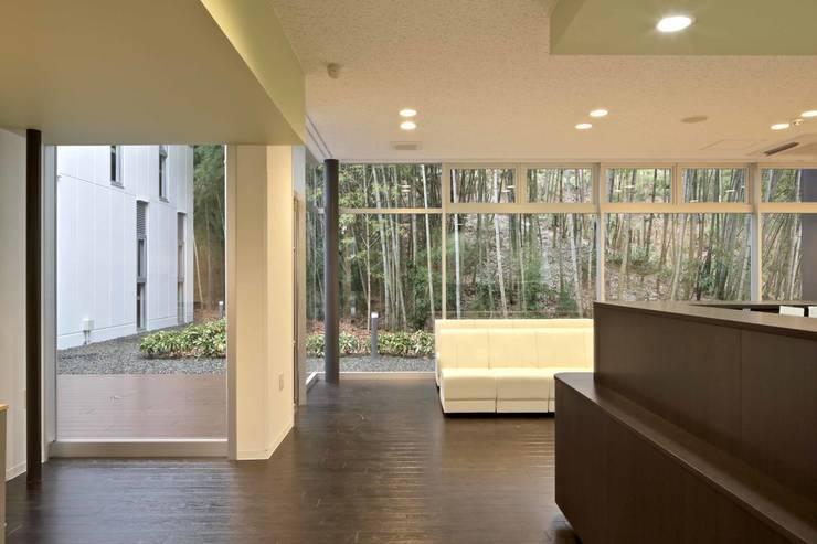 診療所待合室: 株式会社ヨシダデザインワークショップが手掛けた和室です。,モダン