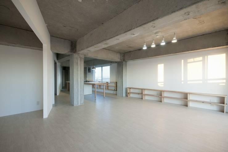 Tk さんのためのアパート: kurosawa kawara-tenが手掛けたリビングです。