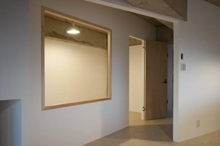 Tk さんのためのアパート: kurosawa kawara-tenが手掛けた廊下 & 玄関です。