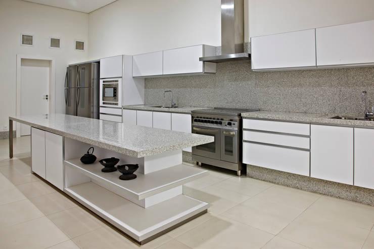 Cocinas de estilo moderno por Anaíne Vieira Pitchon Arquitetura e Interiores