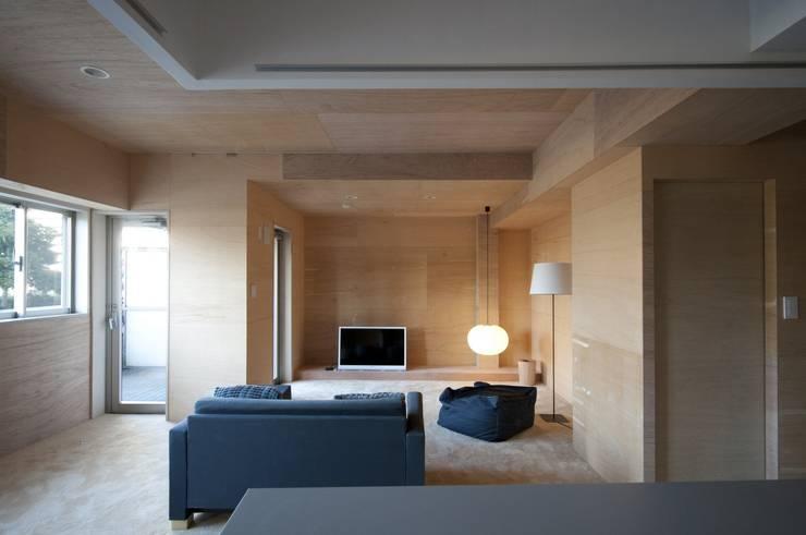 K さんのためのアパート: kurosawa kawara-tenが手掛けたリビングです。