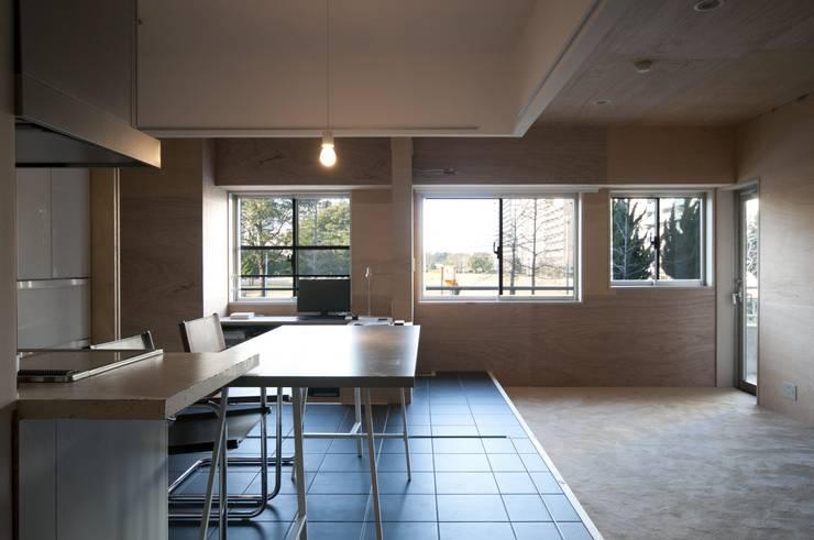 K さんのためのアパート: kurosawa kawara-tenが手掛けたダイニングです。