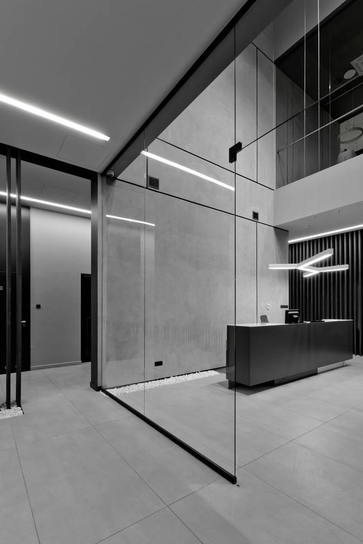 biurowiec w Jaworznie - recepcja: styl , w kategorii Przestrzenie biurowe i magazynowe zaprojektowany przez PRACOWNIA 111