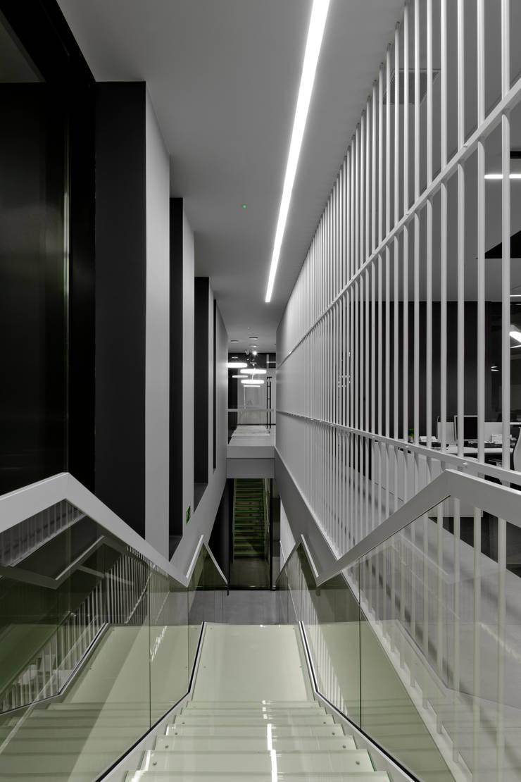 biurowiec w Jaworznie - klatka schodowa: styl , w kategorii Przestrzenie biurowe i magazynowe zaprojektowany przez PRACOWNIA 111