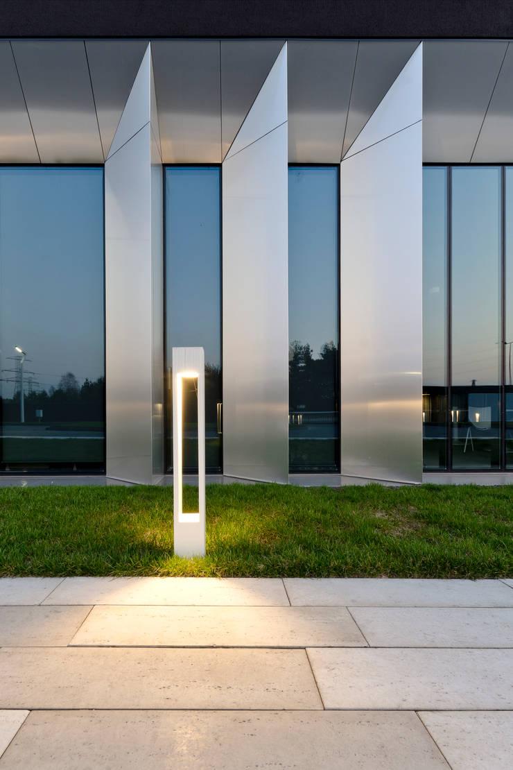 biurowiec w Jaworznie - detal elewacji: styl , w kategorii Przestrzenie biurowe i magazynowe zaprojektowany przez PRACOWNIA 111