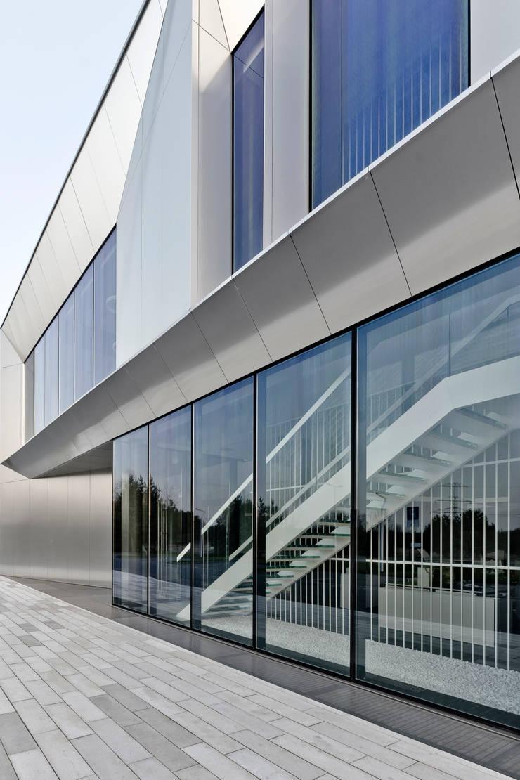 biurowiec w Jaworznie: styl , w kategorii Przestrzenie biurowe i magazynowe zaprojektowany przez PRACOWNIA 111