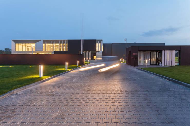 biurowiec w Jaworznie - elewacja frontowa: styl , w kategorii Przestrzenie biurowe i magazynowe zaprojektowany przez PRACOWNIA 111