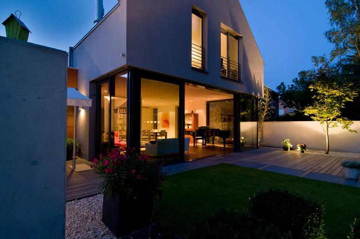 Blick in den Innenraum: moderne Wohnzimmer von wirges-klein architekten