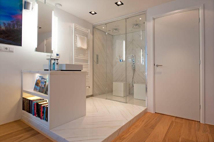 Modern interieur Amsterdam oud-zuid:  Badkamer door Het Ontwerphuis