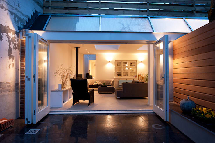 Van garage naar woonstudio:  Balkon, veranda & terras door Het Ontwerphuis