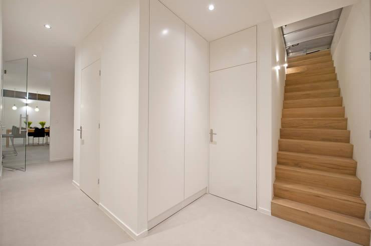 Van garage naar woonstudio:  Gang, hal & trappenhuis door Het Ontwerphuis
