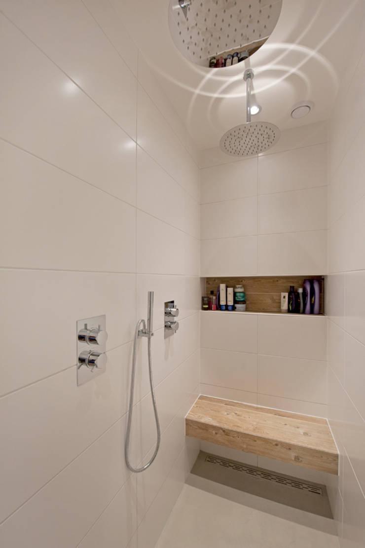 Van garage naar woonstudio:  Badkamer door Het Ontwerphuis