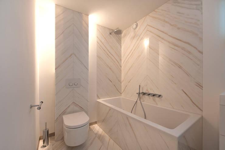 Modern interieur Amsterdam oud-zuid: moderne Badkamer door Het Ontwerphuis