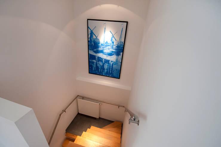 Modern interieur Amsterdam oud-zuid:  Gang, hal & trappenhuis door Het Ontwerphuis