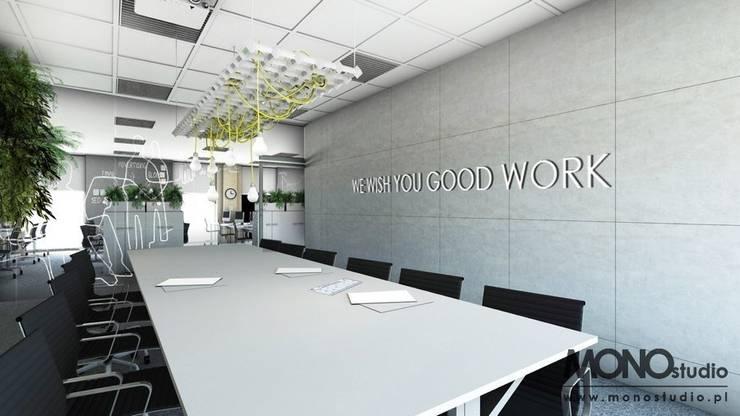 Nowoczesna stylizacja w przestronnym biurze: styl , w kategorii Biurowce zaprojektowany przez MONOstudio