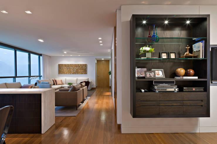 Salas de Estar / Home Theater: Salas de estar modernas por Lage Caporali Arquitetas Associadas
