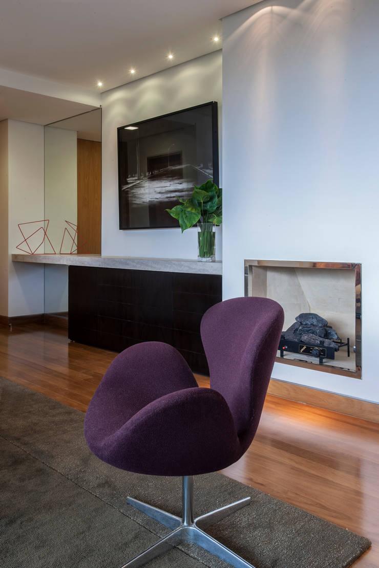 Detalhe da Lareira: Salas de estar  por Lage Caporali Arquitetas Associadas