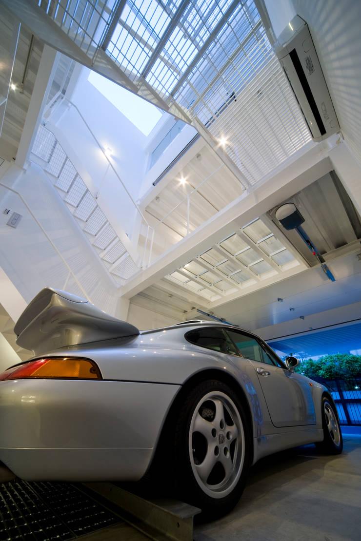 Home to live with Porsche : Kenji Yanagawa Architect and Associatesが手掛けたガレージです。