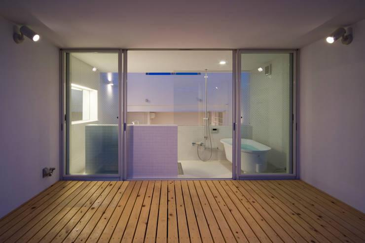 Home to live with Porsche : Kenji Yanagawa Architect and Associatesが手掛けたテラス・ベランダです。