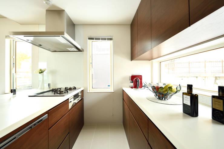 明るく開放的なキッチン: 株式会社スター・ウェッジが手掛けたキッチンです。