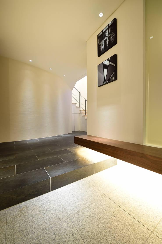 光のアプローチ: 株式会社スター・ウェッジが手掛けた壁です。