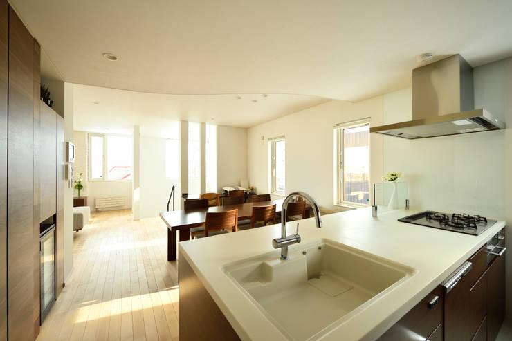 キッチンからすべての空間を見渡せるオープンな空間: 株式会社スター・ウェッジが手掛けたリビングです。