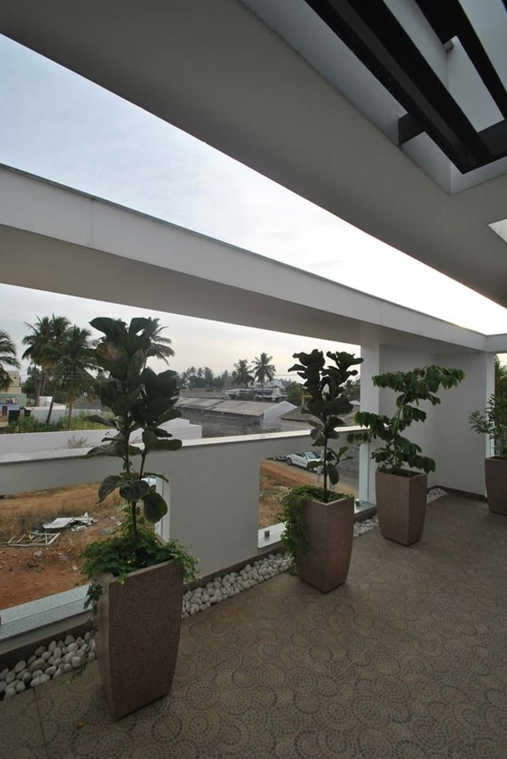 Mr & Mrs Pannerselvam's Residence:  Terrace by Muraliarchitects