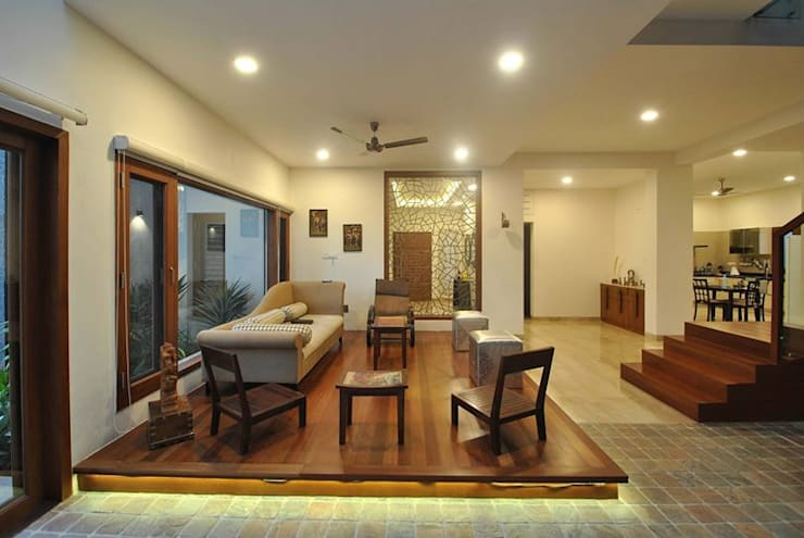Mr & Mrs Pannerselvam's Residence:  Living room by Muraliarchitects