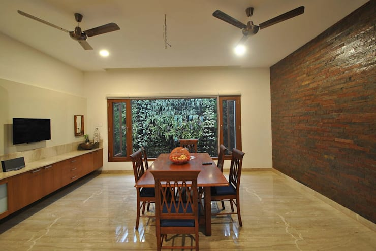 Mr & Mrs Pannerselvam's Residence:  Dining room by Muraliarchitects