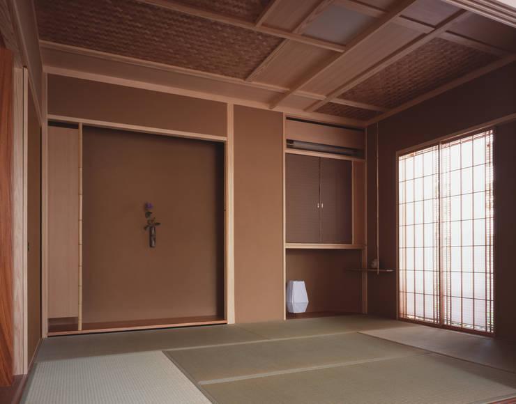 和室: 矩須雅建築研究所が手掛けたリビングです。