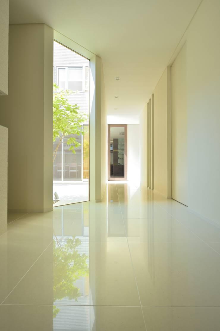 静寂感漂うエントランスホール: 株式会社スター・ウェッジが手掛けた壁&床です。