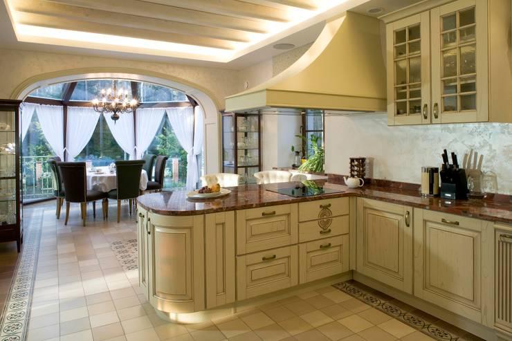 Жилой дом: Кухни в . Автор – Студия дизайна Сергея Кривошеева, Классический