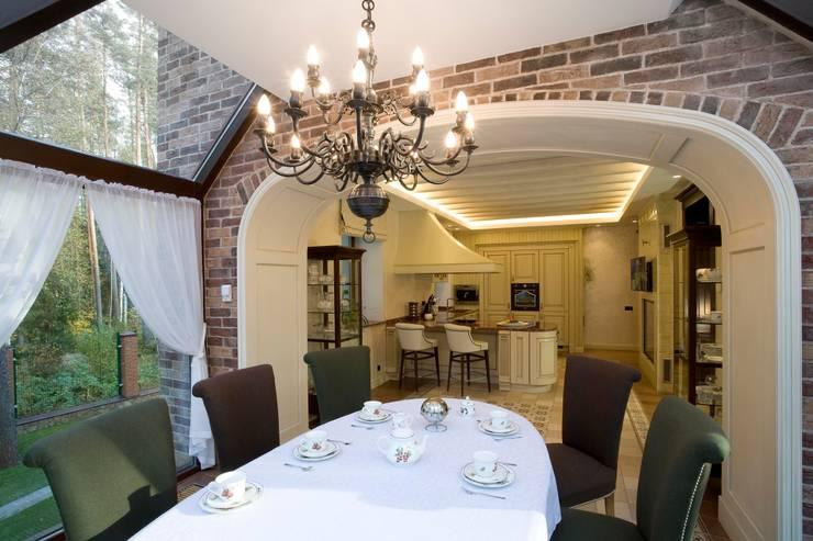 Жилой дом: Столовые комнаты в . Автор – Студия дизайна Сергея Кривошеева, Классический