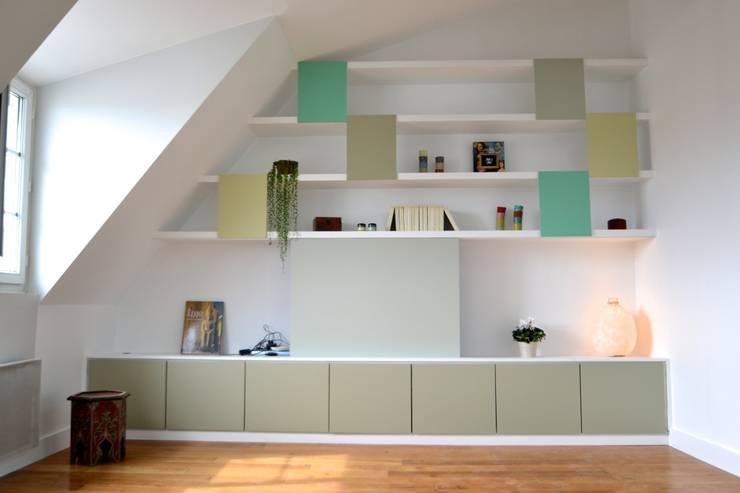 Rangement sur mesure sous combles: Salon de style de style Moderne par AM DECO