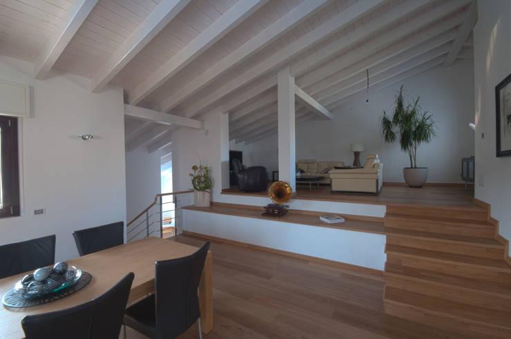 SPAZIO E PROFONDITA': Sala da pranzo in stile in stile Moderno di macioce -tamborini Architetti Associati