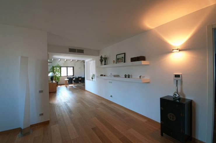 modern Corridor, hallway & stairs by macioce -tamborini Architetti Associati