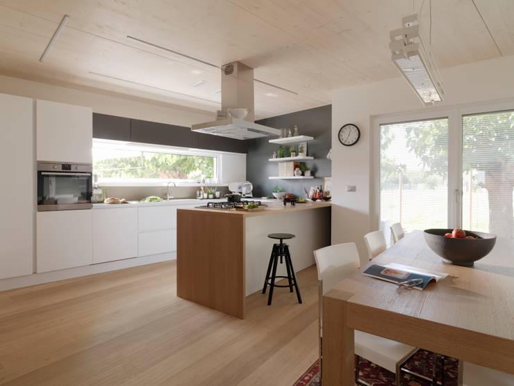 Villa Our Time: Cucina in stile in stile Moderno di DomusGaia