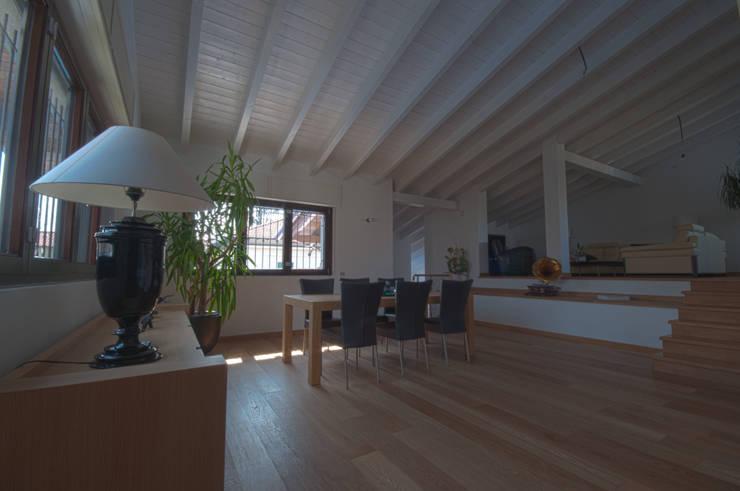 SPAZIO E PROFONDITA': Soggiorno in stile in stile Moderno di macioce -tamborini Architetti Associati