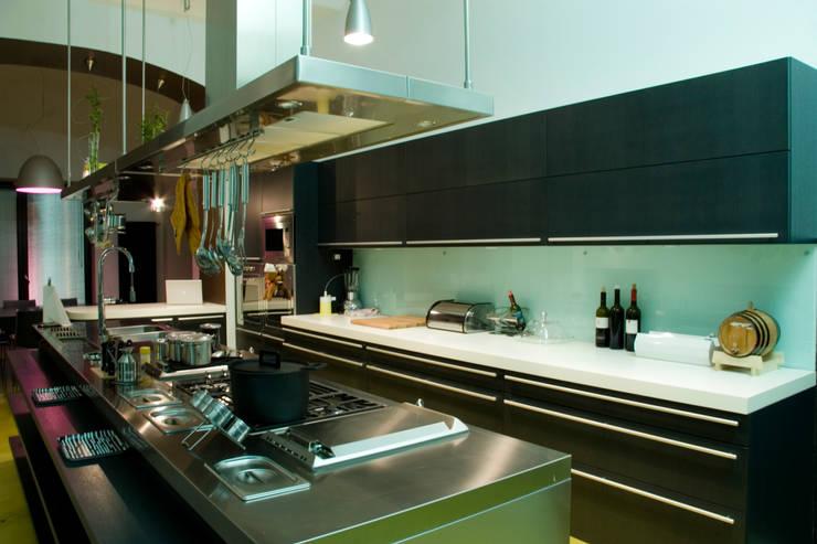 villa in collina: Cucina in stile  di fumante