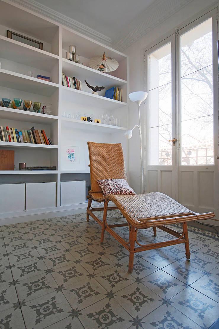Una zona para el descanso y la lectura.: Salones de estilo  de Vade Studio SC