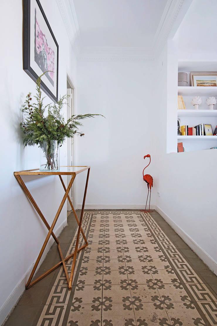 Recibidor.: Vestíbulos, pasillos y escaleras de estilo  de Vade Studio SC